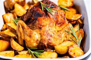 Pollo al horno con papas doradas
