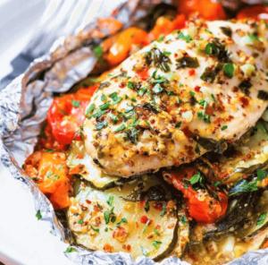 Pollo con verduras en papel aluminio