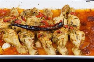 Pollo desmenuzado en salsa de tomate