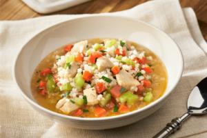 Arroz con pollo y verduras caldoso