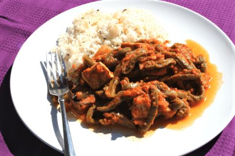 Carne con nopales en salsa roja