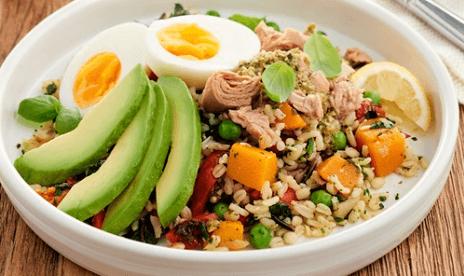 Ensalada de arroz con atún y huevo