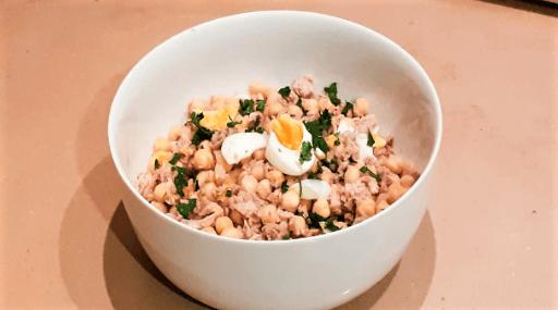 Ensalada de garbanzos con atún y huevos duros